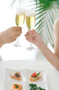 乾杯をするカップルの手元の写真素材 [FYI02024530]