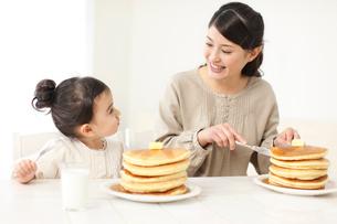 ホットケーキを食べる母と娘の写真素材 [FYI02024546]