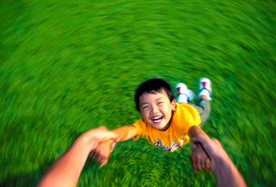 お父さんと遊ぶ子供の写真素材 [FYI02024612]