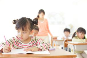 小学校の授業風景の写真素材 [FYI02024626]