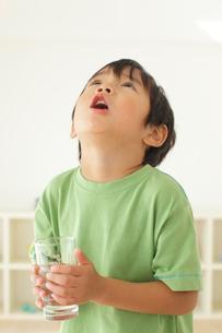 うがいをする男の子の写真素材 [FYI02024696]