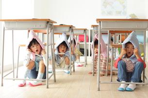避難訓練をする小学生の子供達の写真素材 [FYI02024700]