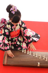 振り袖を着てお琴を弾く女の子の写真素材 [FYI02024786]