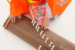 振り袖を着てお琴を弾いている女の子の手元の写真素材 [FYI02024834]