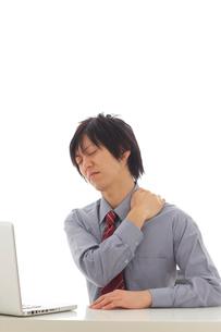 肩こりで苦しむビジネスマンの写真素材 [FYI02024852]