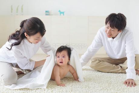 裸の赤ちゃんとお父さんとお母さんの写真素材 [FYI02024888]