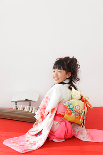 振り袖を着た女の子とお琴の写真素材 [FYI02024900]