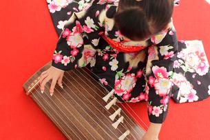 振り袖を着てお琴を弾く女の子の写真素材 [FYI02024915]