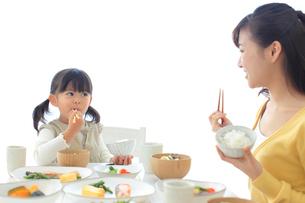和朝食を食べる母と娘の写真素材 [FYI02024937]