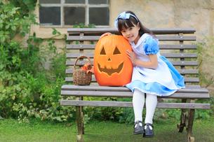 大きなカボチャとハロウィンの仮装をした女の子の写真素材 [FYI02024959]