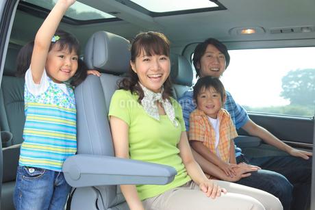 休日にドライブを楽しむ家族の写真素材 [FYI02024964]