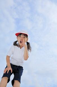 体操服姿で呼びかける女の子の写真素材 [FYI02024980]