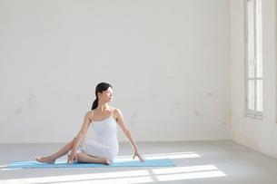 広い空間でヨガをする女性の写真素材 [FYI02025038]