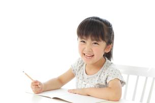 勉強をする女の子の写真素材 [FYI02025047]