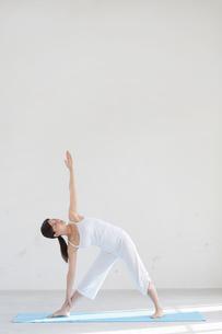 広い空間でヨガをする女性の写真素材 [FYI02025049]