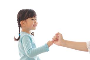 お母さんと指切りをして約束する女の子の写真素材 [FYI02025051]