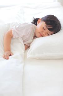 ベッドで眠る女の子の写真素材 [FYI02025053]