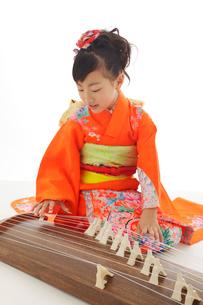 振り袖を着てお琴を弾いている女の子の写真素材 [FYI02025066]