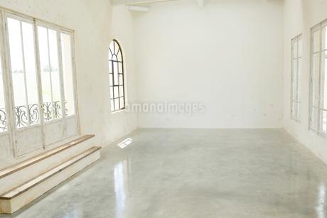 アンティークな雰囲気のリビングルームの写真素材 [FYI02025092]