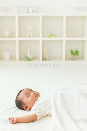 昼寝をする赤ちゃんの写真素材 [FYI02025154]