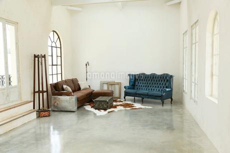 アンティークな雰囲気のリビングルームの写真素材 [FYI02025161]