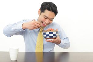 牛丼を食べるサラリーマンの写真素材 [FYI02025175]