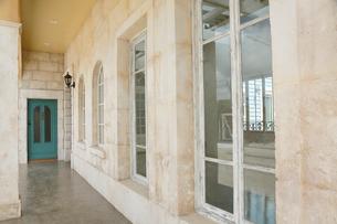 アンティークの扉と趣きのある外壁の写真素材 [FYI02025184]