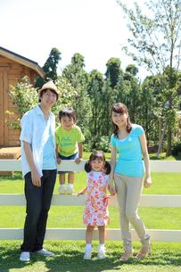 笑顔で寄り添う家族の家族のポートレートの写真素材 [FYI02025283]