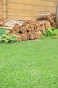 ログハウスの壁と緑の芝生の写真素材 [FYI02025284]