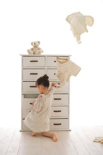 引き出しから捜し物をする女の子の写真素材 [FYI02025290]