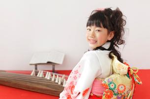 振り袖を着た女の子とお琴の写真素材 [FYI02025340]