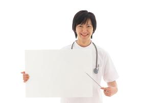 ホワイトボードを持つ若い男性医師の写真素材 [FYI02025381]