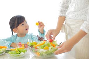 サラダを作るお母さんと女の子の写真素材 [FYI02025382]