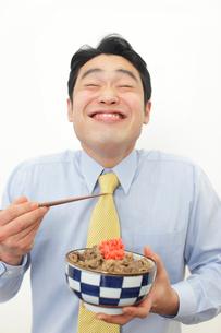 牛丼を食べるサラリーマンの写真素材 [FYI02025385]