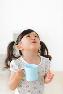 うがいをする女の子の写真素材 [FYI02025416]