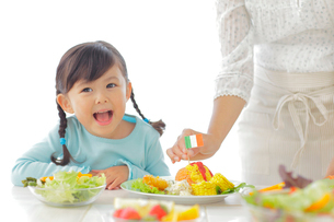料理を作るお母さんと女の子の写真素材 [FYI02025417]