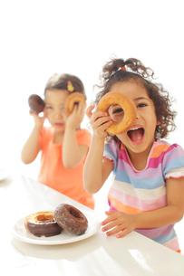 ドーナツの穴から覗く子供達の写真素材 [FYI02025540]