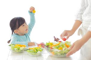 サラダを作るお母さんと女の子の写真素材 [FYI02025546]