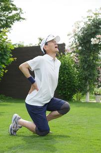 運動中に腰を痛めるシニア男性の写真素材 [FYI02025573]