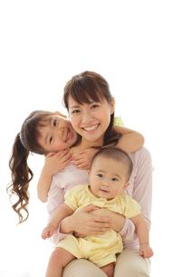 赤ちゃんを抱っこしたお母さんと女の子の写真素材 [FYI02025583]