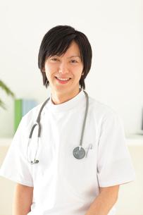 白衣を着た若い男性医師の写真素材 [FYI02025628]