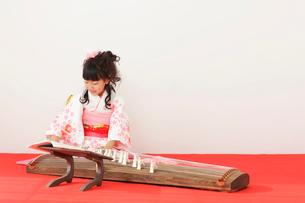 振り袖を着てお琴を弾く女の子の写真素材 [FYI02025667]