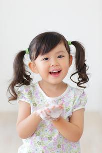 石けんで手を洗う女の子の写真素材 [FYI02025689]