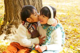 紅葉のきれいな秋の公園で寄り添う子供達の写真素材 [FYI02025690]