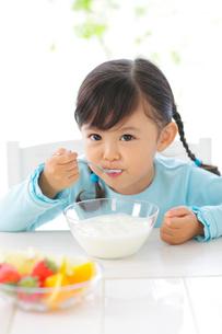 ヨーグルトを食べる女の子の写真素材 [FYI02025704]