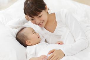 白い布団で眠るお母さんと赤ちゃんの写真素材 [FYI02025721]