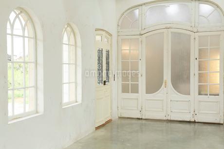 アンティークな雰囲気のリビングルームの写真素材 [FYI02025726]