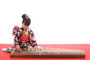 振り袖を着てお琴を弾く女の子の写真素材 [FYI02025746]