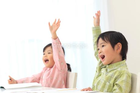 楽しんで勉強をする子供達の写真素材 [FYI02025801]