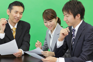 会議中のビジネスマンの合成用素材の写真素材 [FYI02025819]